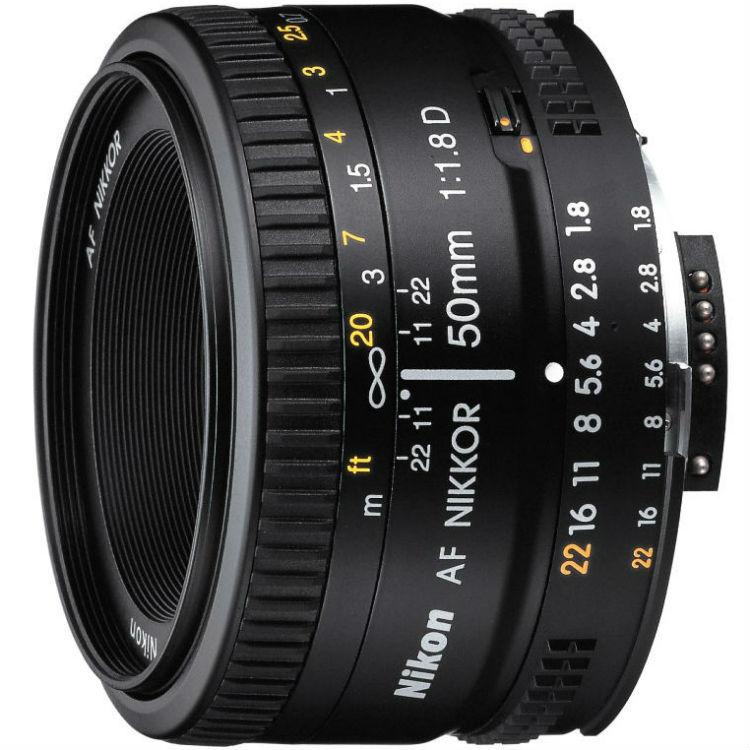 Nikon AF-D 50mm F/1.8 + HR-2 (zonnekap)